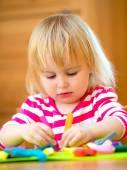 Fotografia bambina, giocando con la plastilina