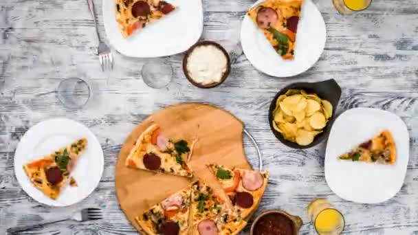 čas zániku lidí jíst pizzu s čipy a omáčky