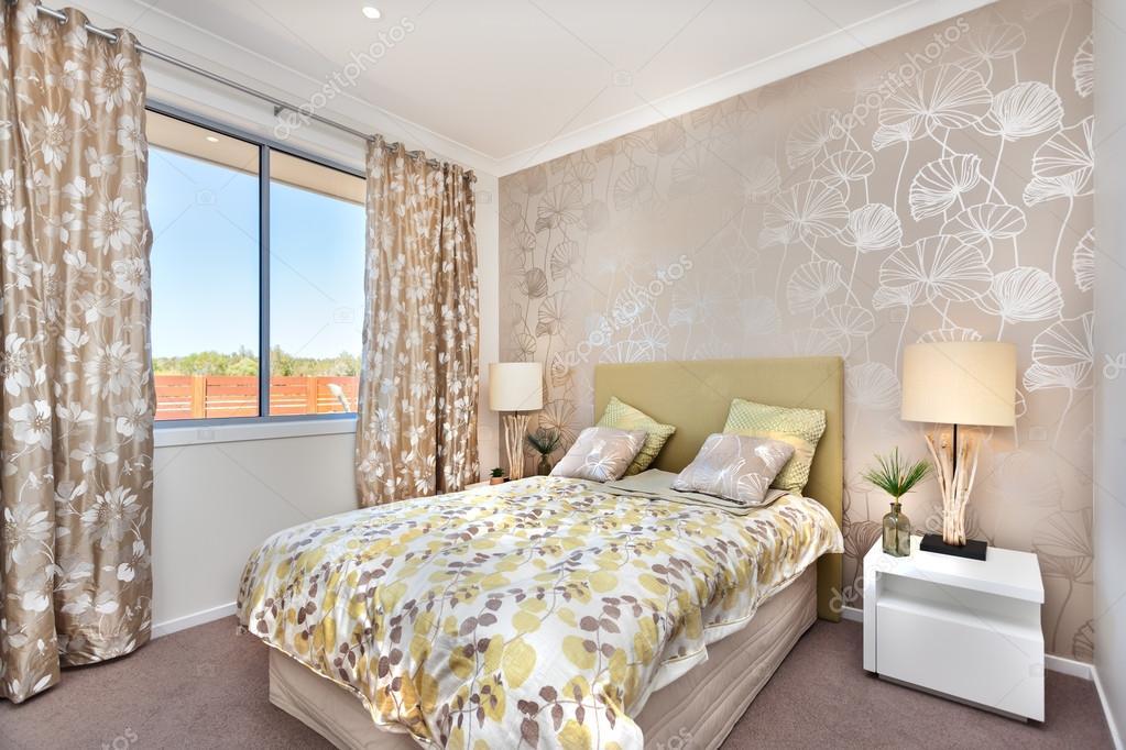 Moderna camera da letto con un letto matrimoniale e una ...