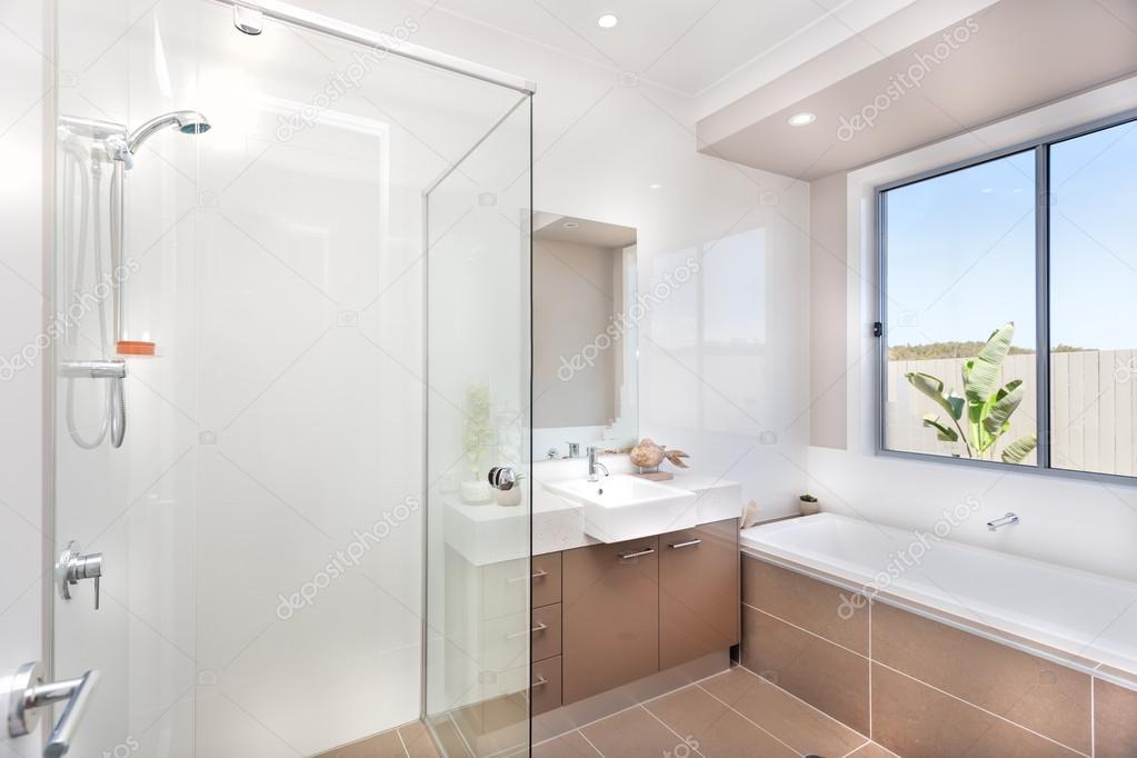 Bagno Marrone Scuro : Bagno moderno con un rubinetto vasca di acqua e un pavimento