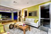 Fényképek Luxus nappali belső kanapékkal és a képzelet díszek