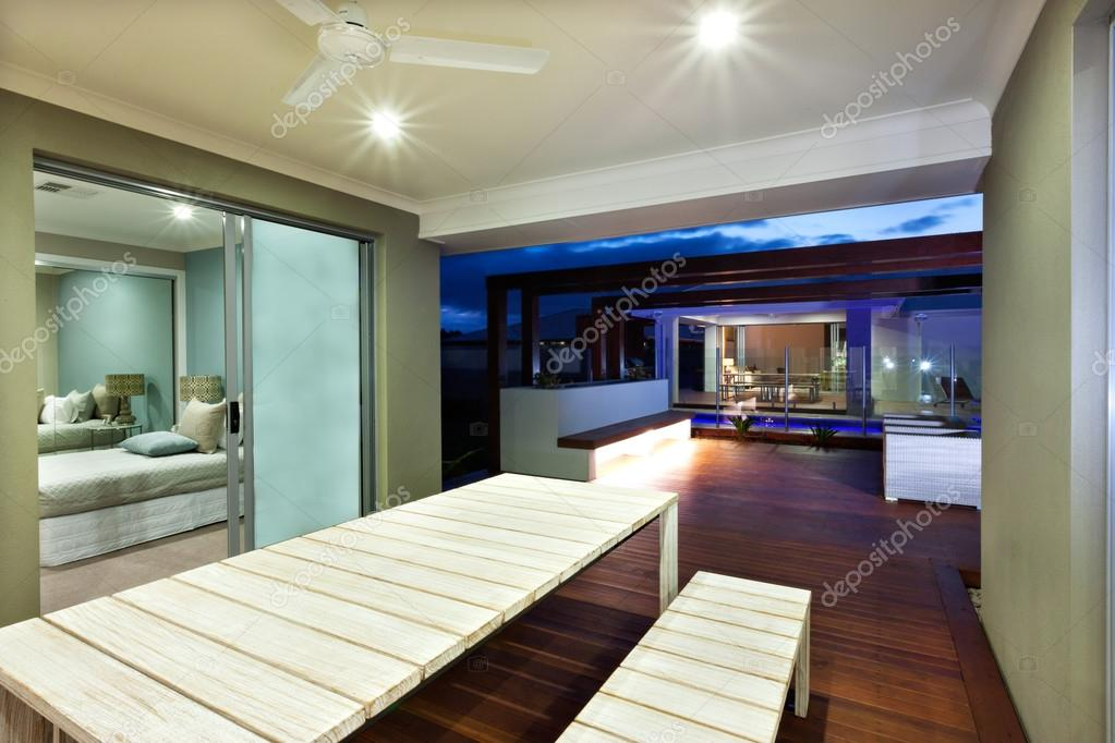 Illuminazione interni di una casa moderna con zona patio di notte