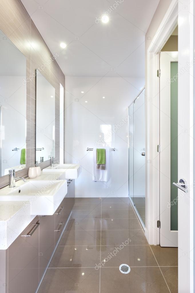 Modernes Badezimmer mit Waschbecken und Bad — Stockfoto © jrstock1 ...