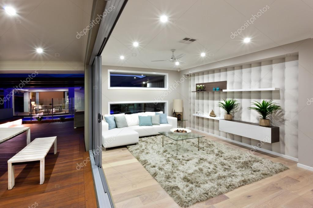 Moderne woonkamer verlichting met decoratie in de nacht — Stockfoto ...