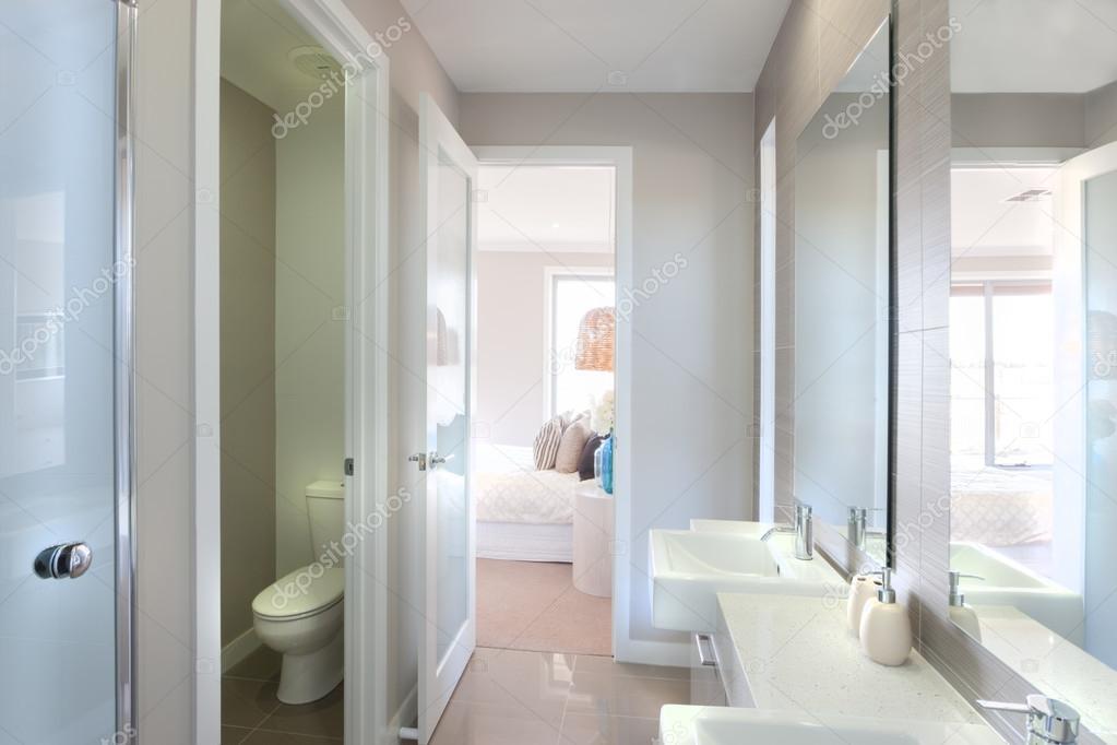 Blick auf ein modernes Bad mit WC und Weg zum Schlafzimmer ...
