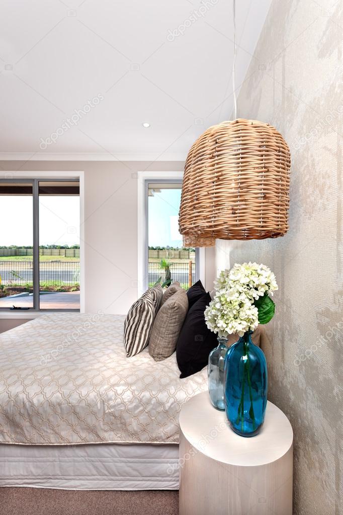 Moderne Schlafzimmer, dekoriert mit Bambus oder Rattan Leuchte und ...