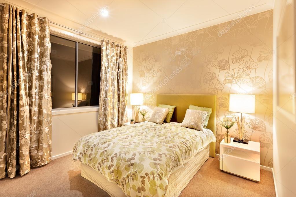 camera da letto moderna con letto king size, illuminato da lampade ...