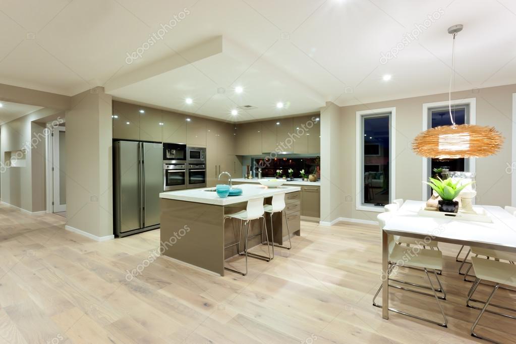 Modern konyha és ebédlő területén a belső udvarra egy modern ház ...
