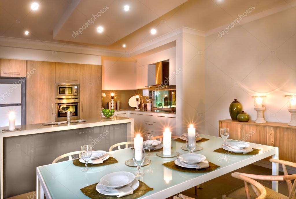 Lusso sala da pranzo e zona cucina decorato con lampeggiante cand ...