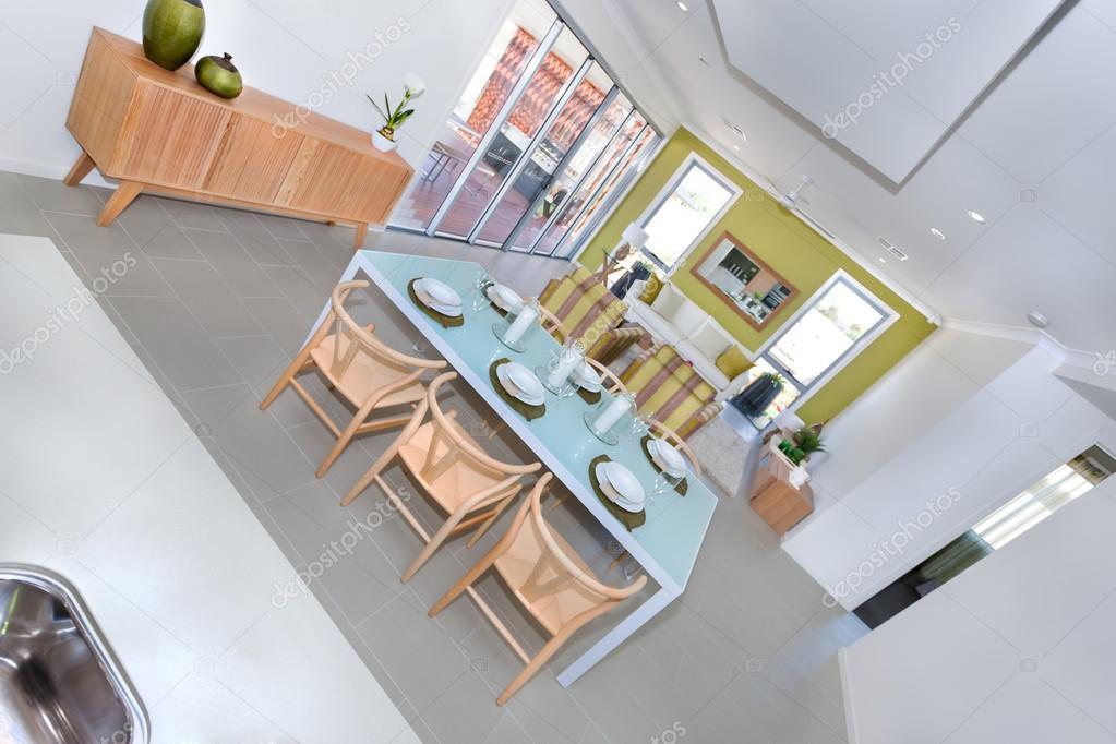Moderne grote eetkamer interieur met geserveerd tabel klaar voor