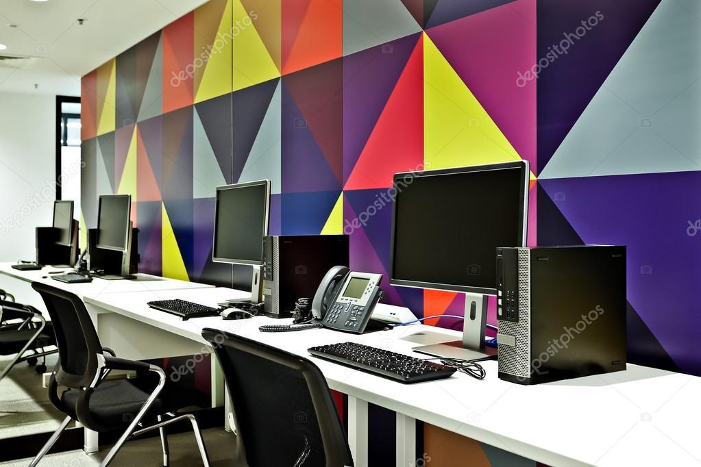 Bureau informatique moderne avec centre d appel avec mur coloré
