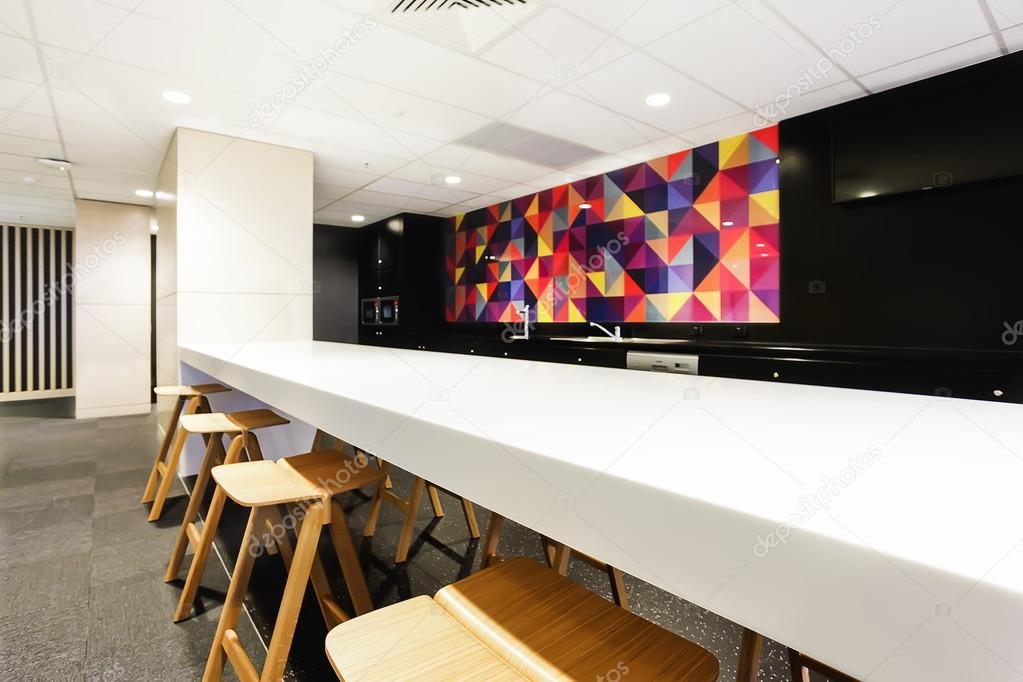 Zona blanca mesa de comedor con cocina moderna — Fotos de Stock ...