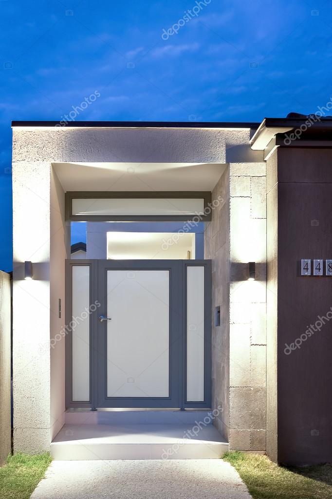 Fronte di un 39 entrata della casa moderna con luci accese for Prezzo della casa moderna