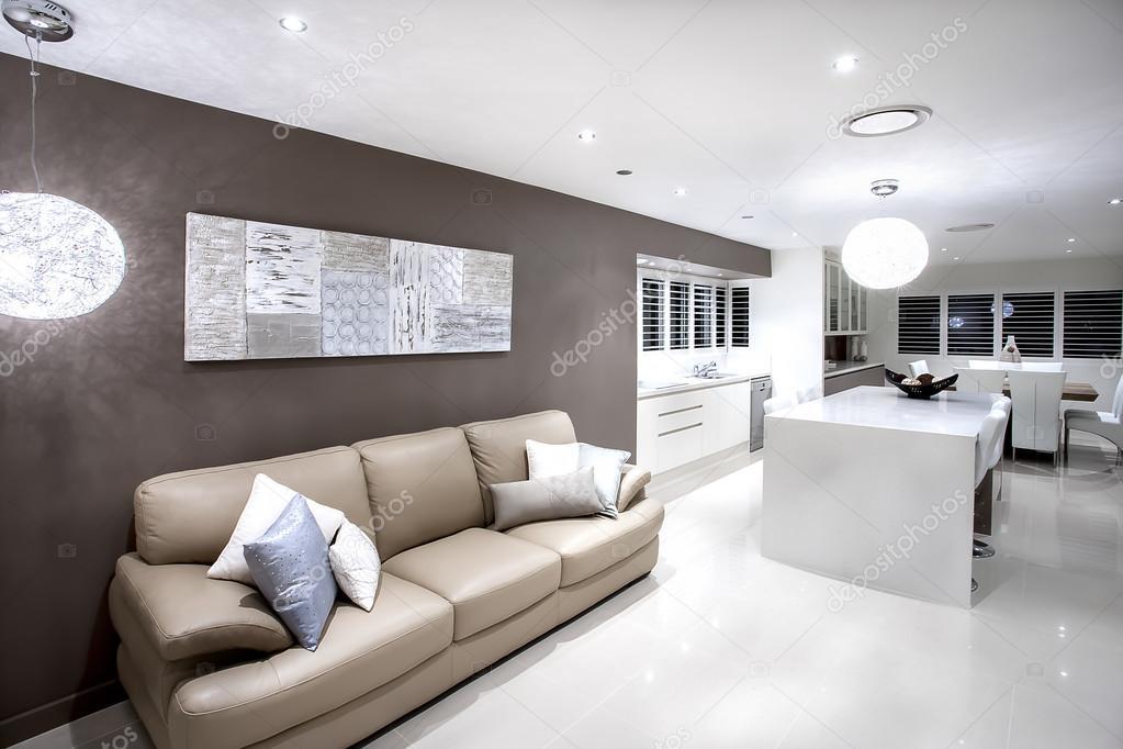 Moderno salotto con divano e cuscini con luci foto stock for Salotto moderno immagini