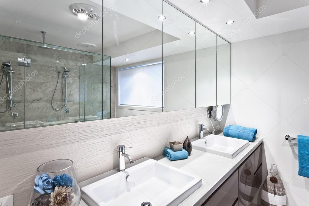 Moderne Badezimmer Mit Armaturen Und Grosse Spiegel Stockfoto