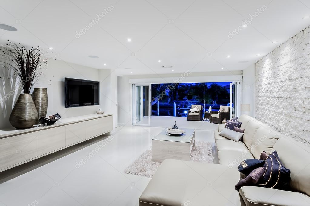 moderna sala de estar noite com sof s e almofadas fotografias de stock jrstock1 104977702. Black Bedroom Furniture Sets. Home Design Ideas
