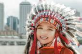 Fotografie Lächelndes Kind mit Barbarenhut