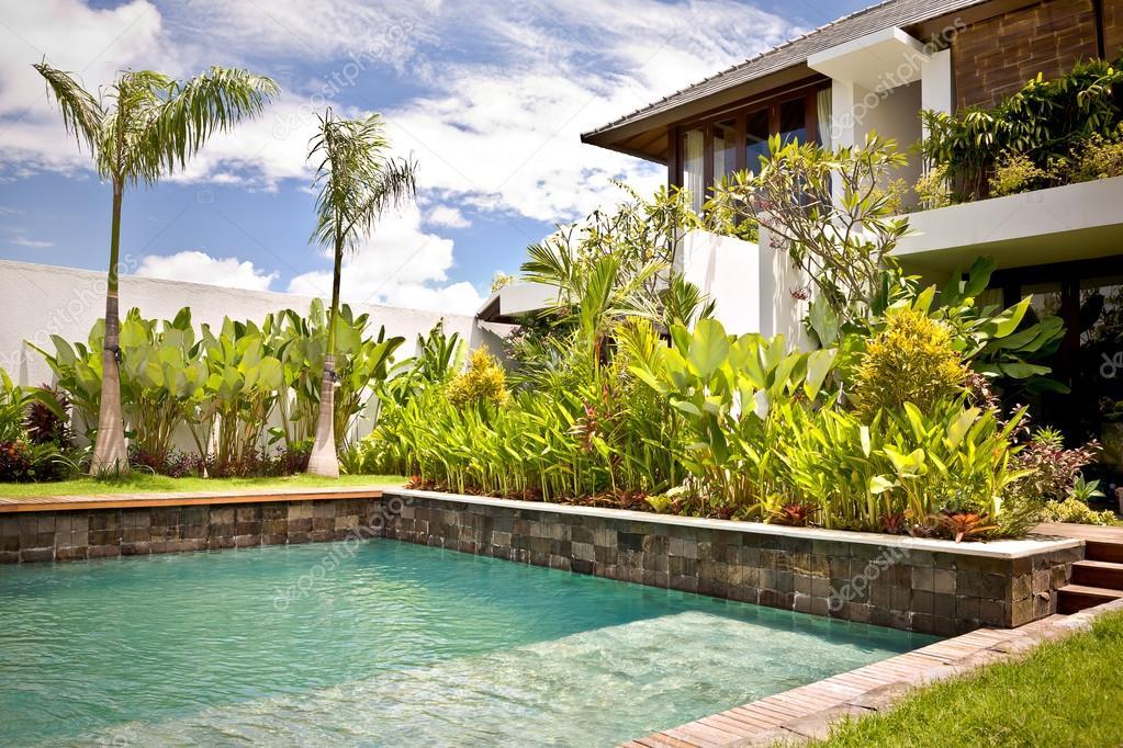 Garten mit dem Swimmingpool einer modernen Villa — Stockfoto ...