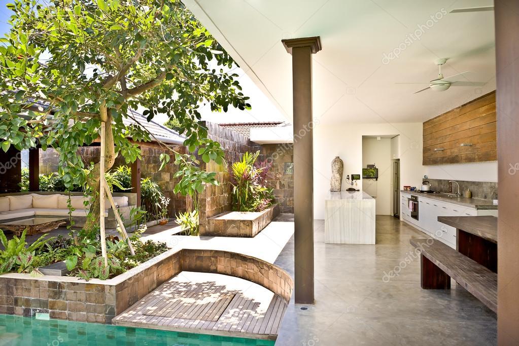 Keuken Aan Tuin : Buiten patio gebied met bomen in de tuin en keuken u2014 stockfoto