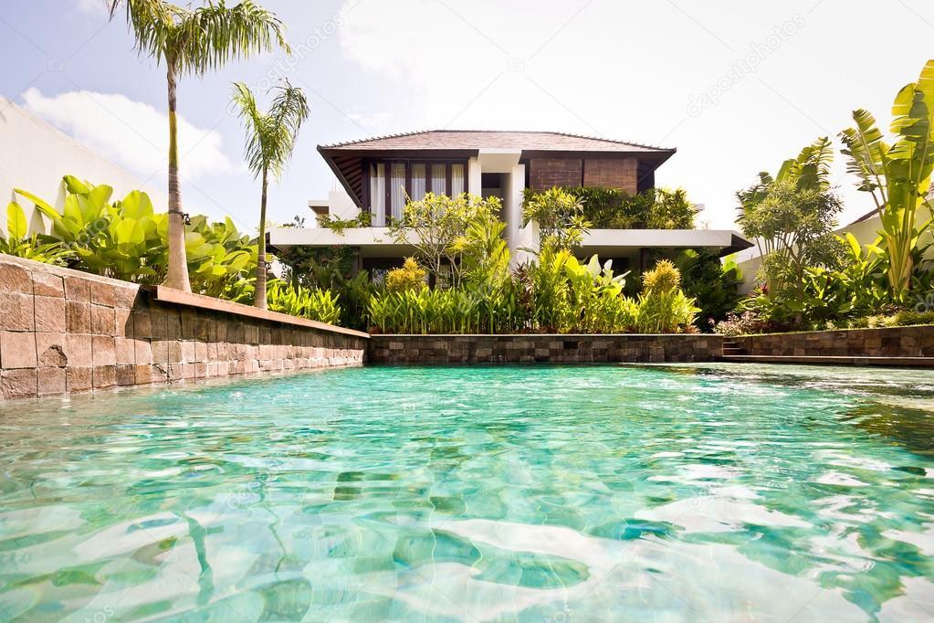 Primo piano di pietra parete dell 39 acqua piscina con una for Casa moderna un piano