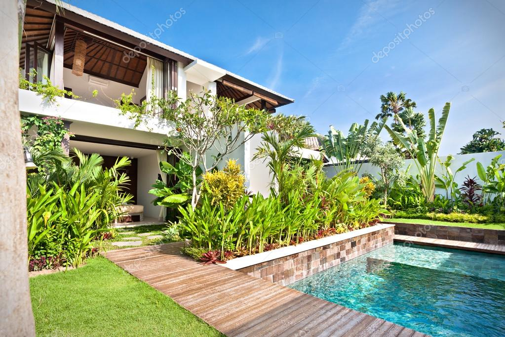 Maison De Luxe Avec Une Piscine Et Un Jardin Avec Pelouse
