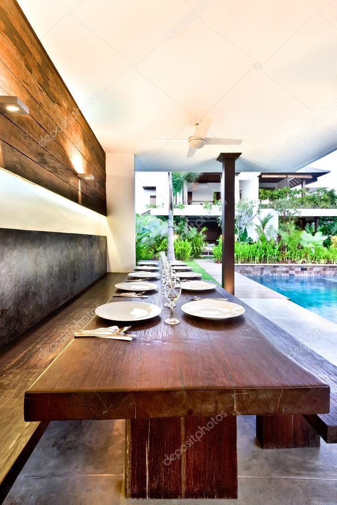 Exterior comedor con mesas de madera y placas de cerámica ...