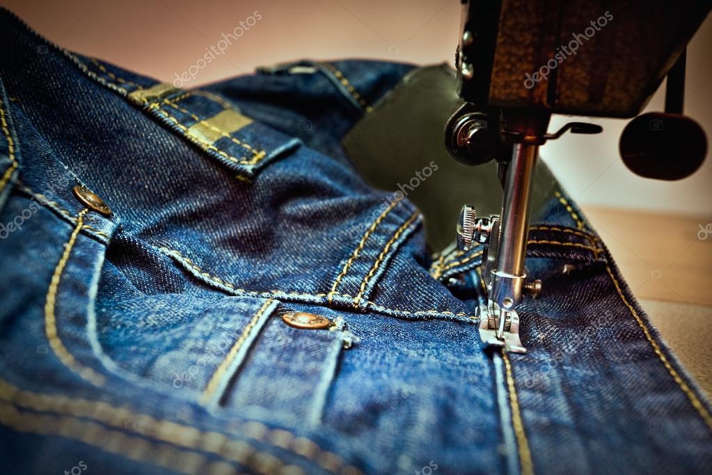 eine Maschine, die eine Jeans Nähen — Stockfoto © jrstock1 #115985584