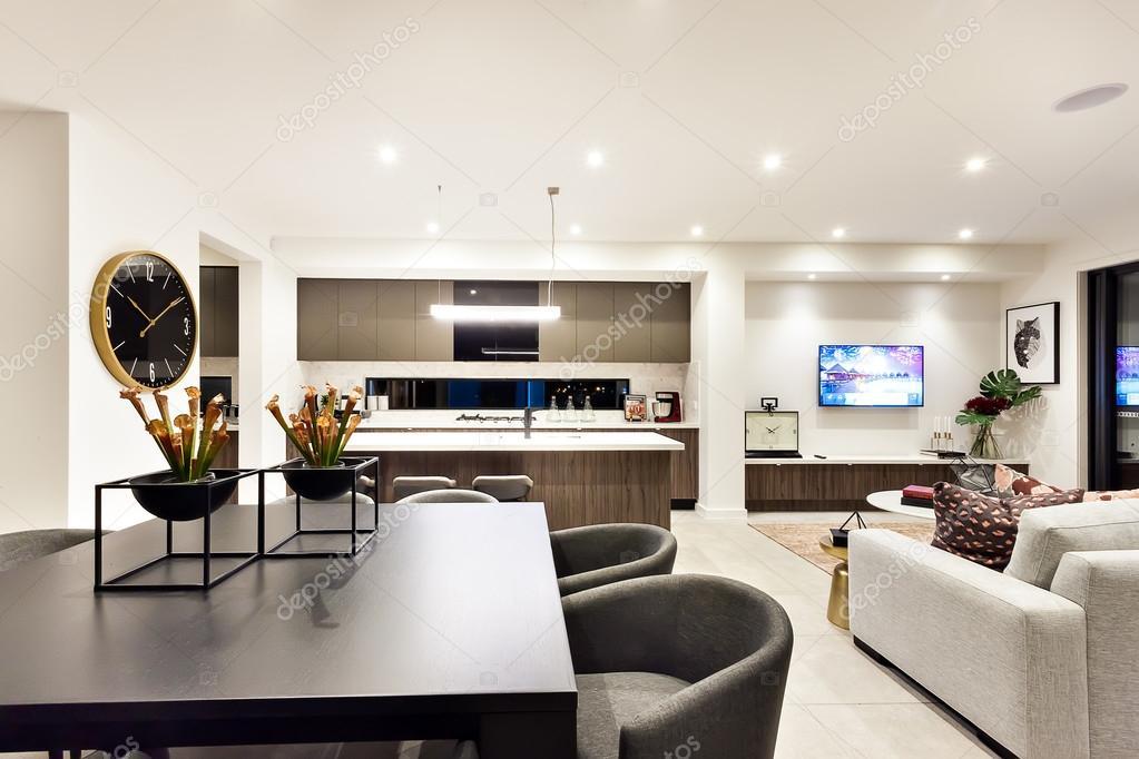 Moderne woonkamer met een televisie naast diner en keuken ...