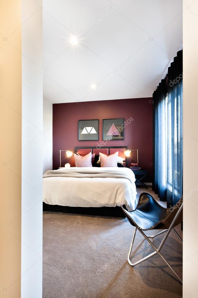 Eingang zu einem klassischen Schlafzimmer mit einem Stuhl ...