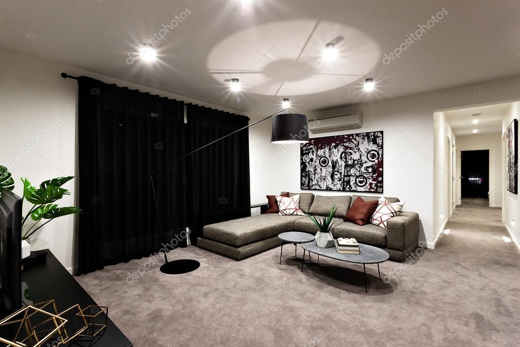 Moderne woonkamer met ruimte en hal u stockfoto jrstock