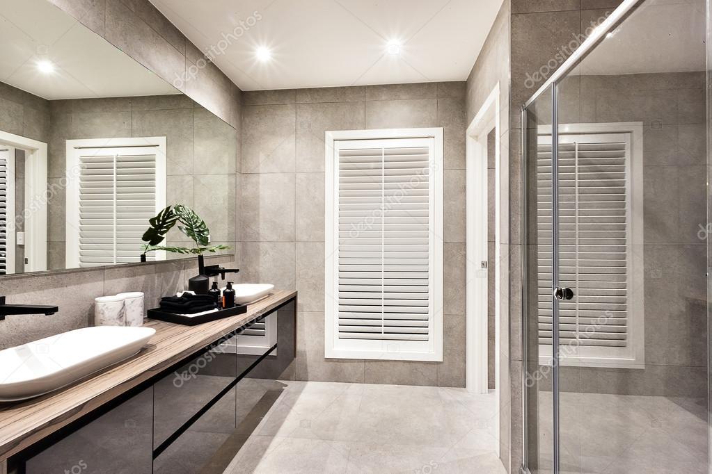 Bagno con vasca sotto finestra con bagno con vasca sotto la