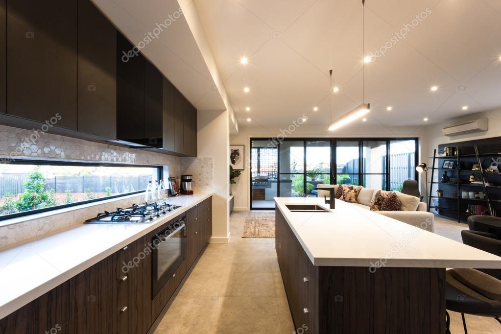 Moderne keuken verlicht met plafond verlichting op moment van de dag ...