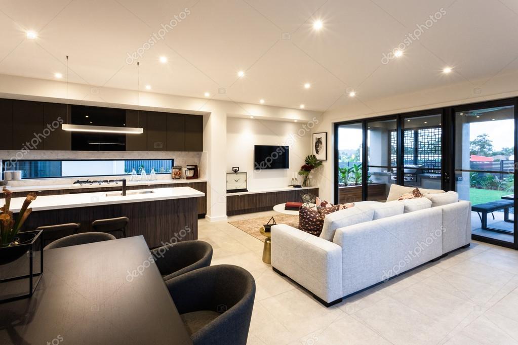 Moderne woonkamer en eethoek naast patio gebied ingang u2014 stockfoto