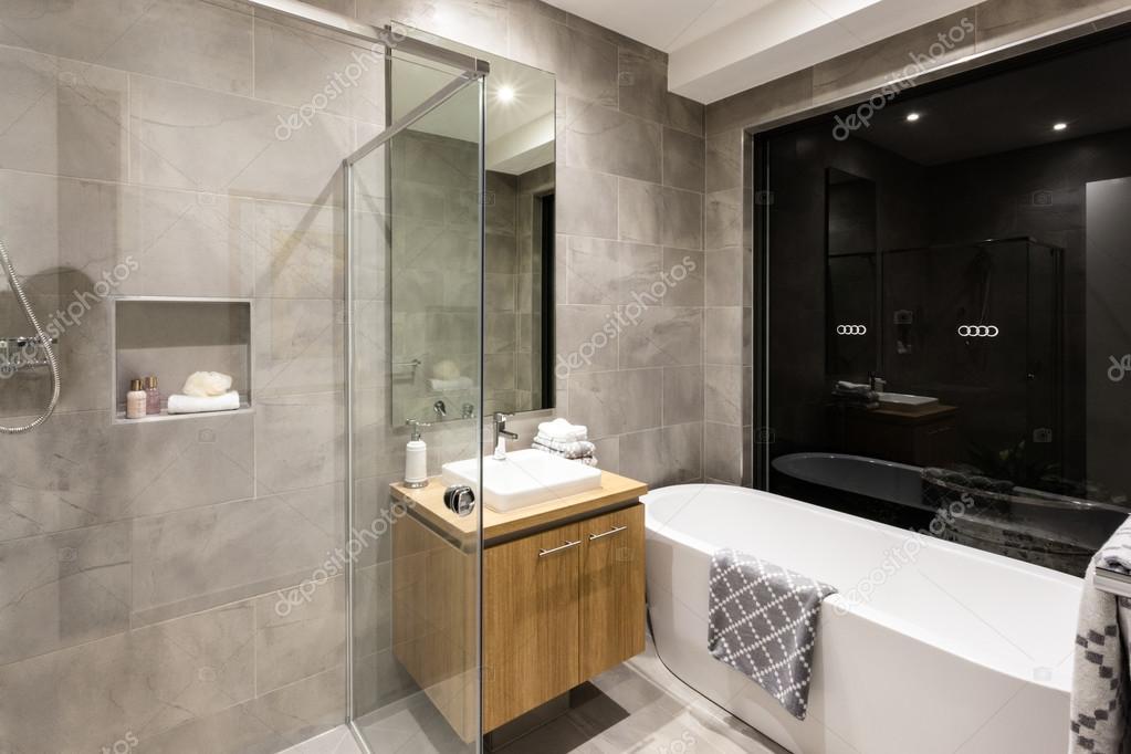 Modernes Bad mit Dusche und Badewanne — Stockfoto © jrstock1 #116103058