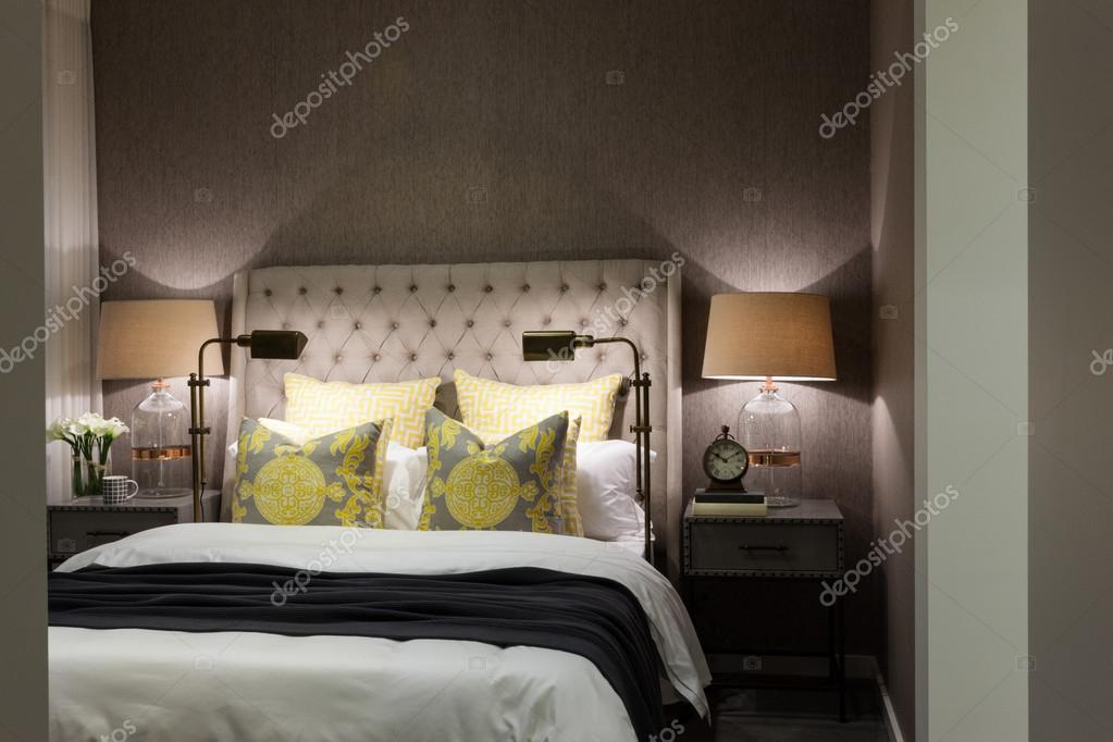 Camera da letto di lusso illuminata di notte con il primo piano di ...