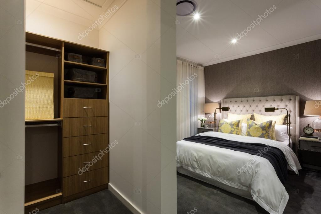 Chambre moderne et armoire en bois zone vue de nuit — Photographie ...