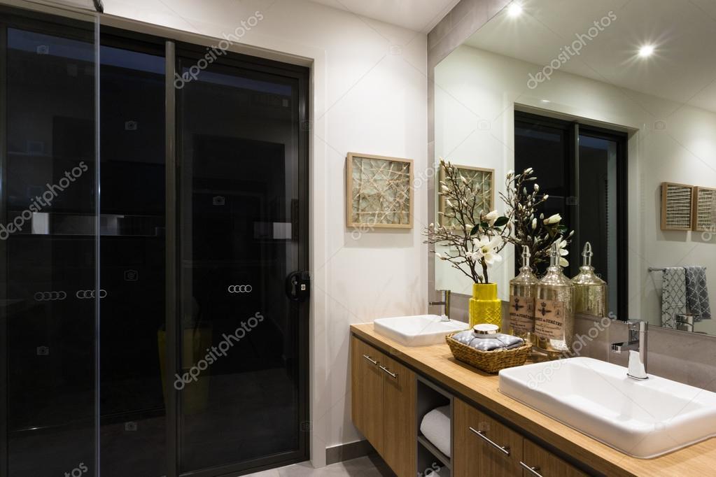 Luxe badkamer met lampjes op \'s nachts — Stockfoto © jrstock1 #116103636