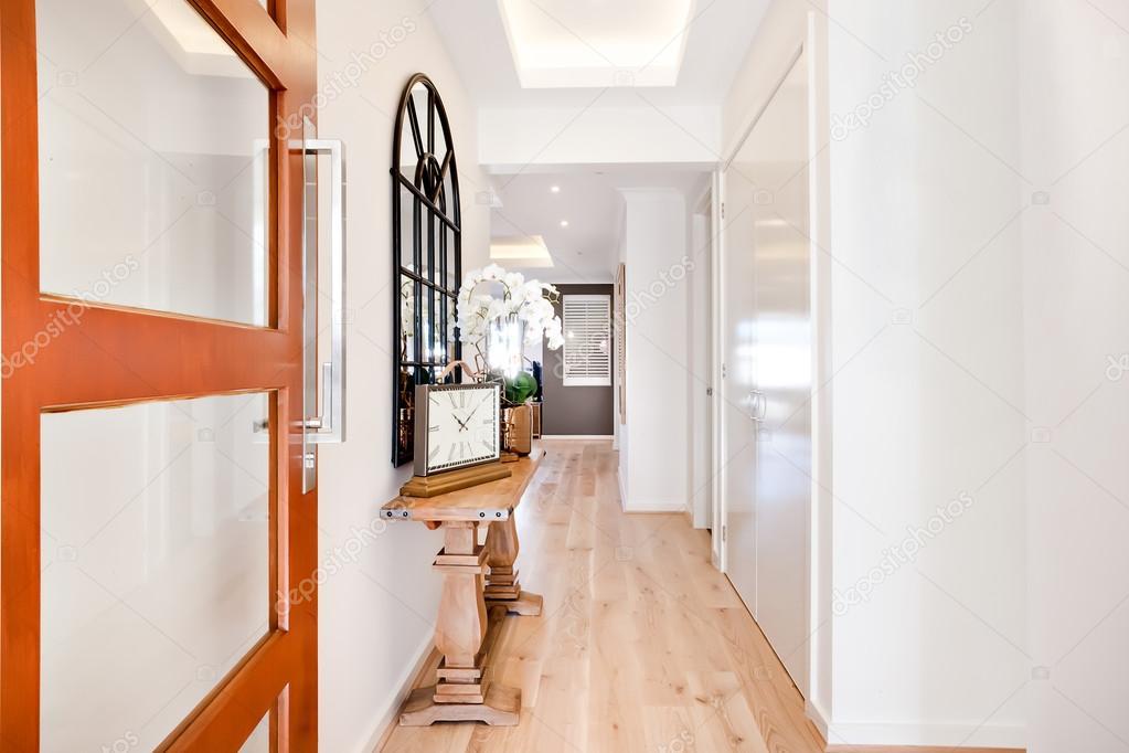Ingang van een luxe woning via de hal met inbegrip van furnitu