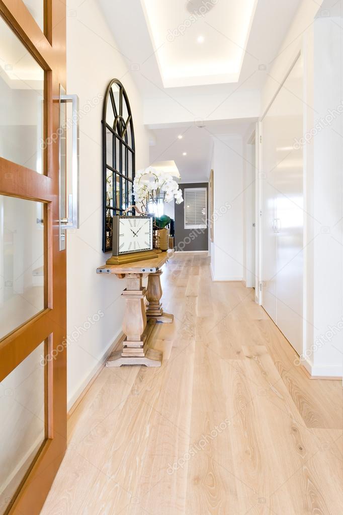 Corredor de uma casa moderna com piso de madeira - Piso porta 2000 ...