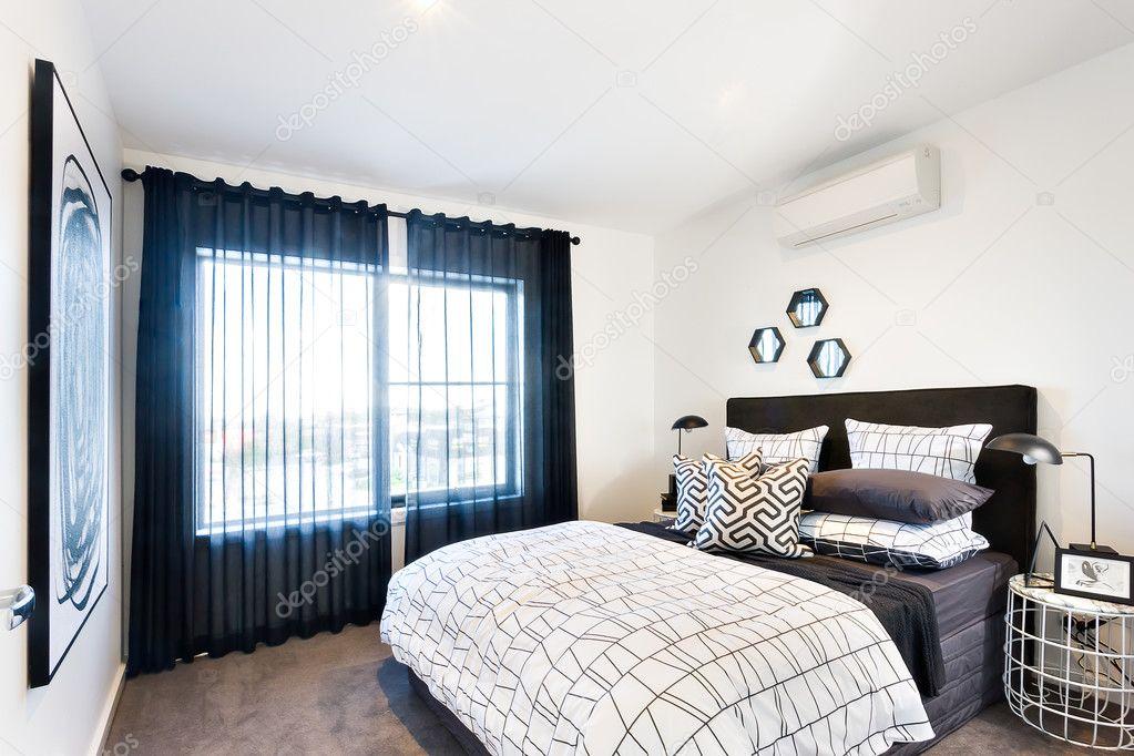 Moderne Schlafzimmer mit Sonnenlicht durch den Vorhang beleuchtet ...