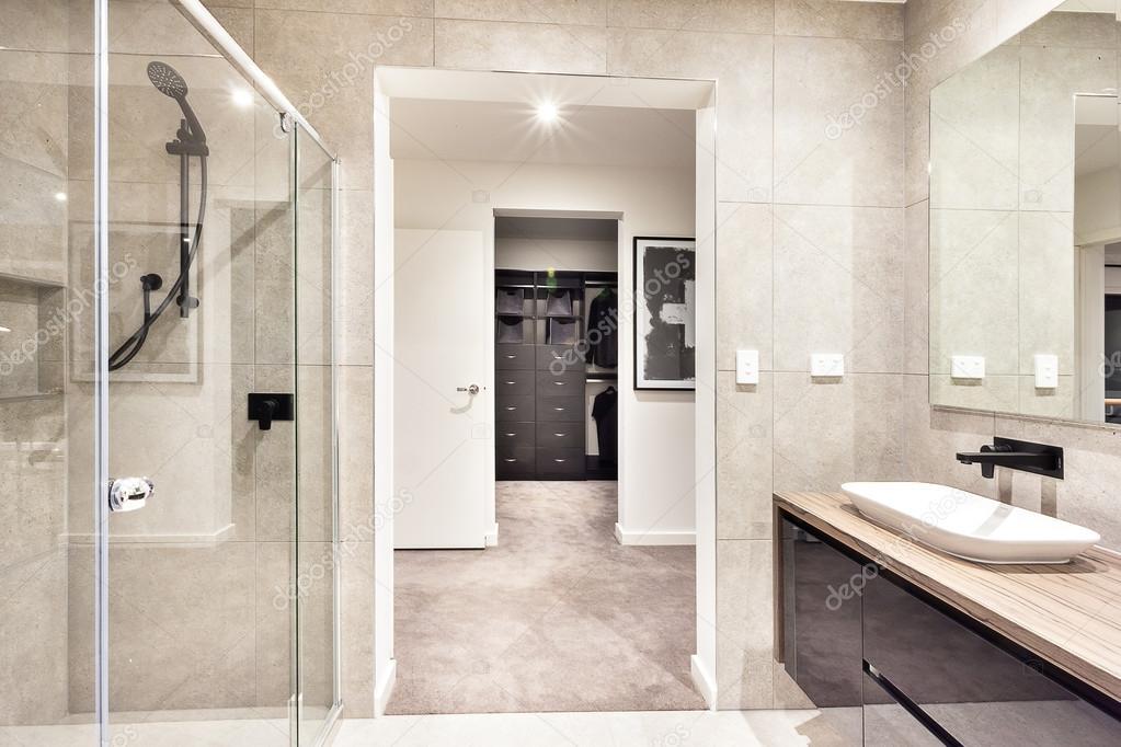 Ingresso alla sala lavanderia attraverso il bagno moderno u foto