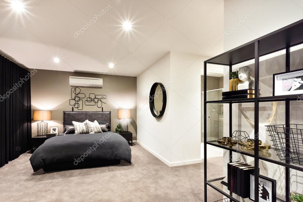 Dunkle Farbe Schlafzimmer mit einem Regal enthalten Antiquitäten ...