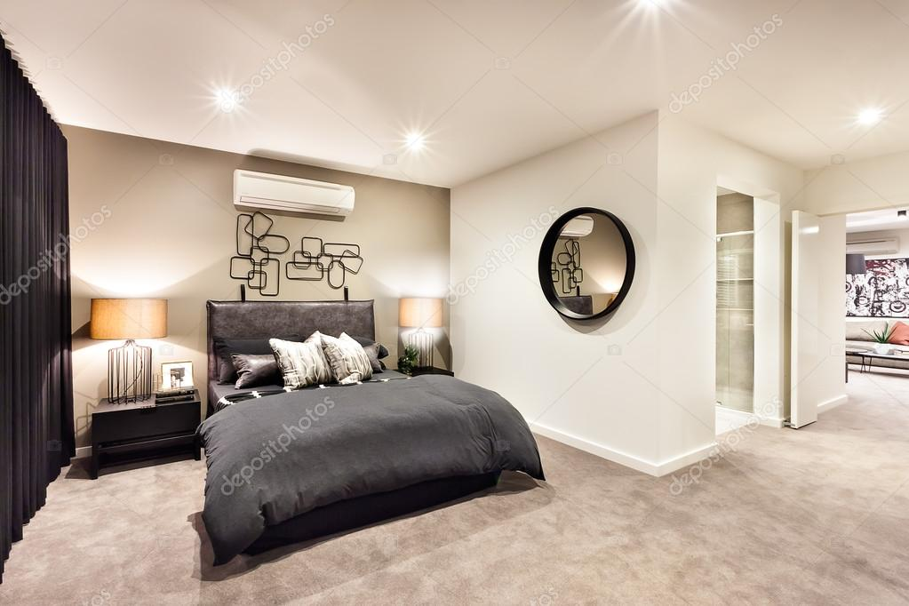 Moderne slaapkamer met ronde spiegel en hal u stockfoto jrstock