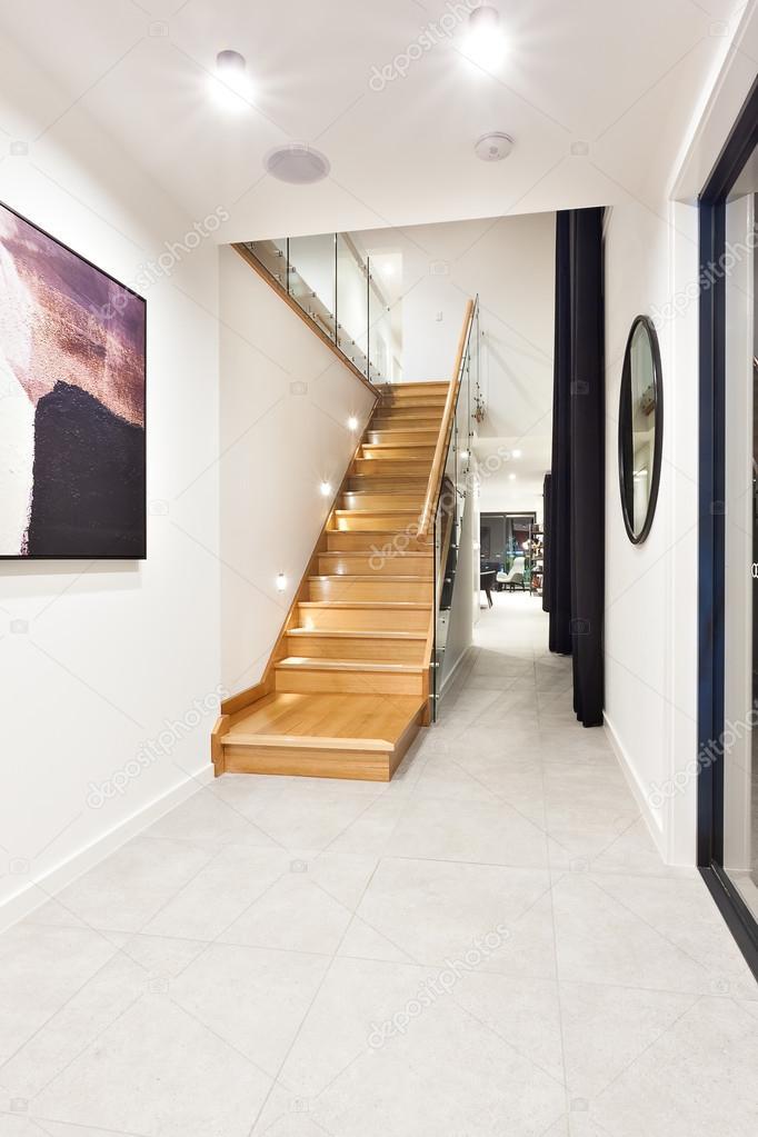Escaleras de madera a través del pasillo en una casa de lujo — Foto ...