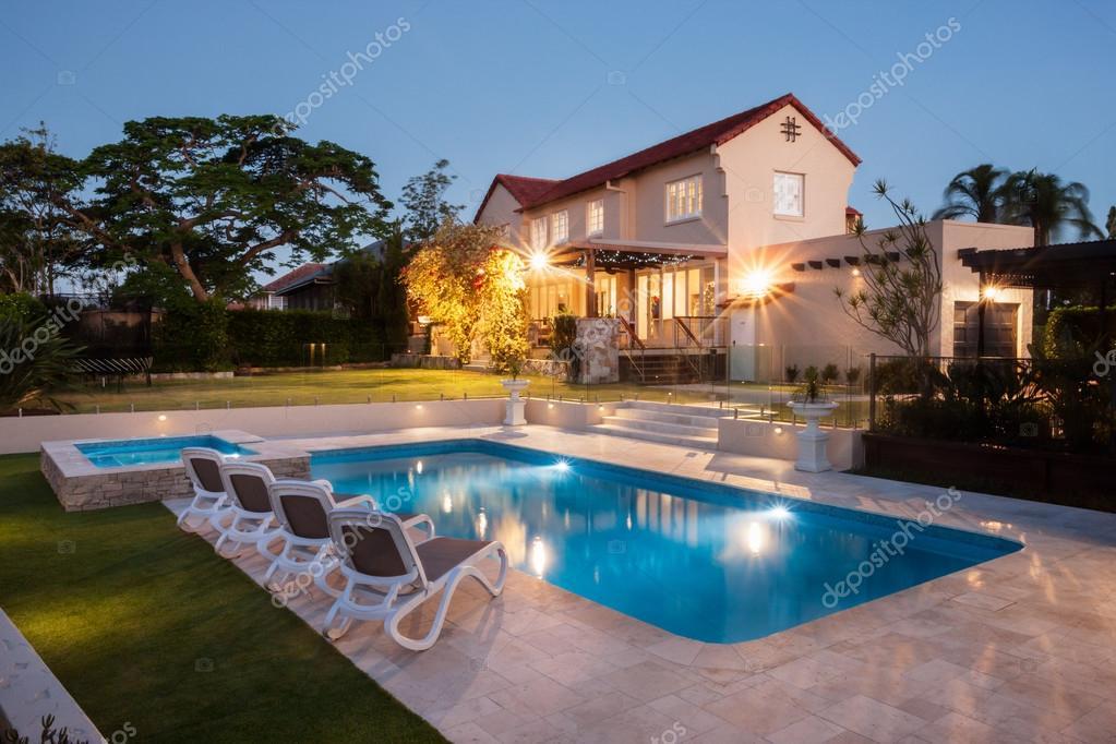 Im genes casa grande moderna piscina con una casa for Case moderne con piscina