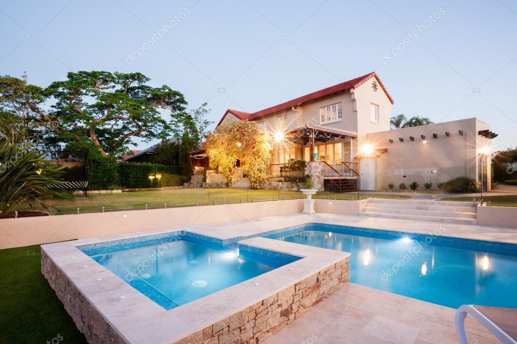 Luxus Haus Garten Dekoration mit einer Pool-Seite — Stockfoto ...