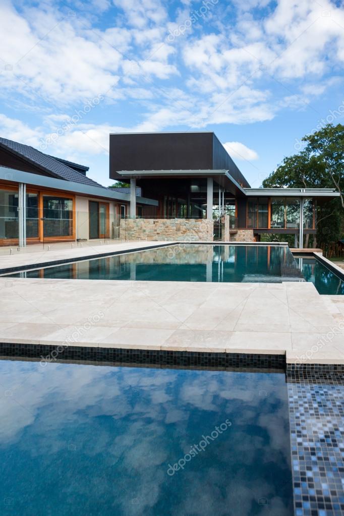 GroBartig Moderne Swimming Pool Mit Einem Luxus Haus Oder Hotel U2014 Stockfoto
