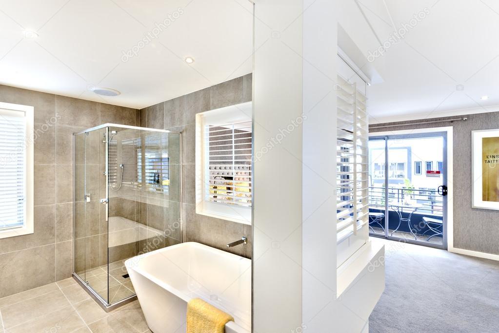 Baño moderno conectado al pasillo hacia el exterior — Fotos de Stock ...
