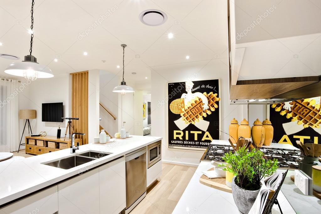 Moderne Keuken Lampen : Moderne keuken close up met witte muren en hangende lampen