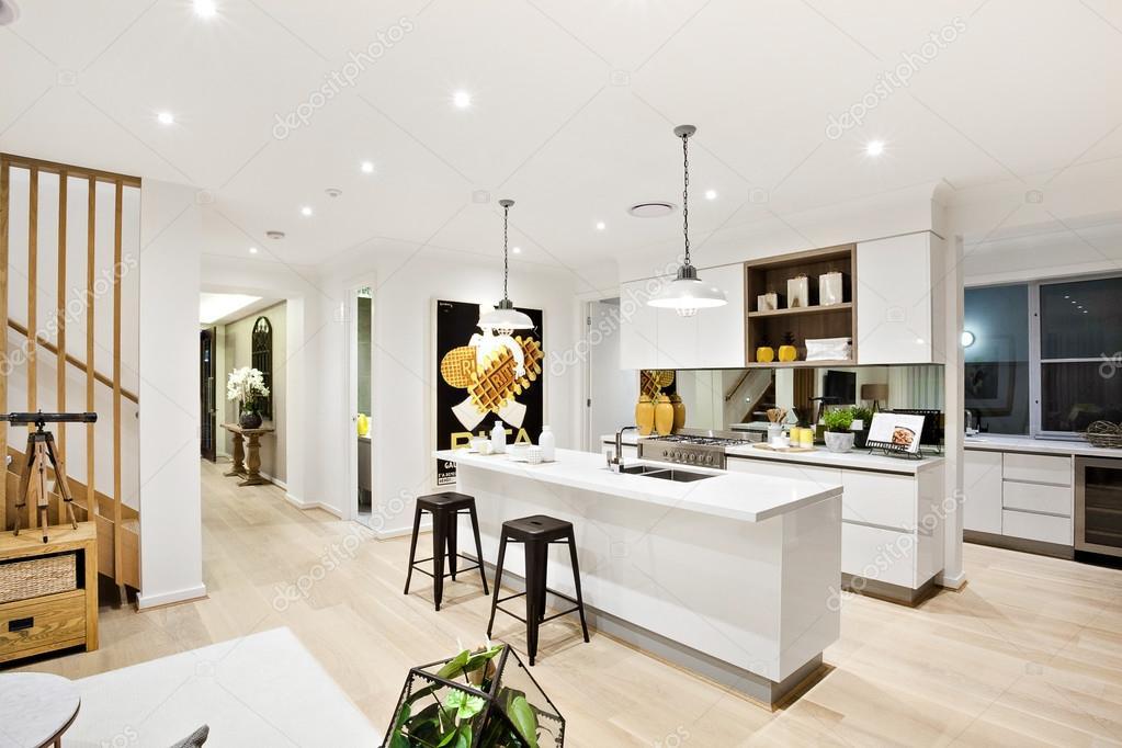 Cucina moderna con pareti bianche illuminate da lampade a ...